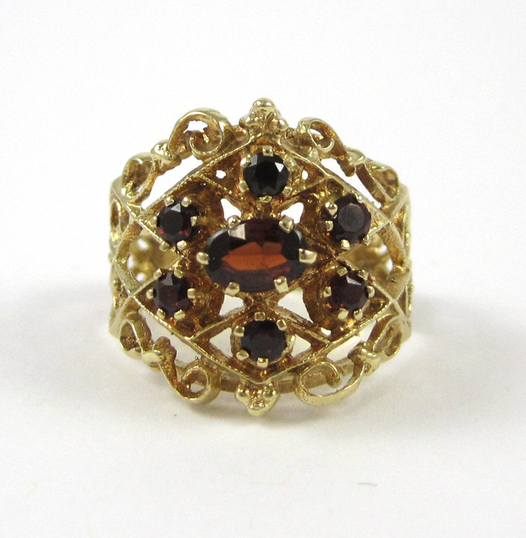 GARNET AND FOURTEEN KARAT GOLD RING, with six roun