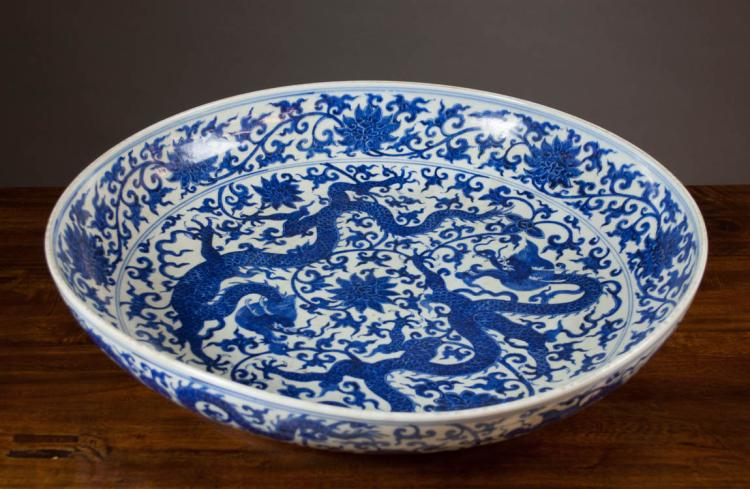 LARGE CHINESE BLUE AND WHITE PORCELAIN CHARGER fea