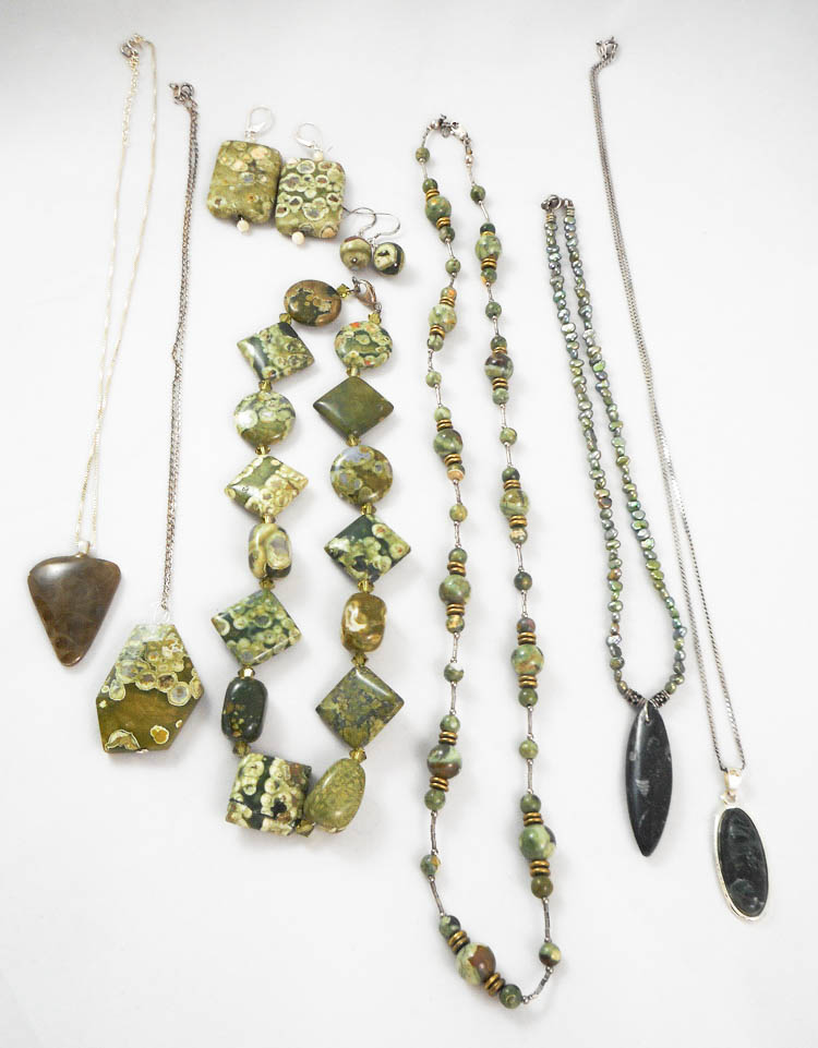 COLLECTION OF TEN ARTICLES OF JEWELRY, including t