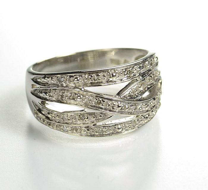 DIAMOND AND TEN KARAT WHITE GOLD RING, set with 16