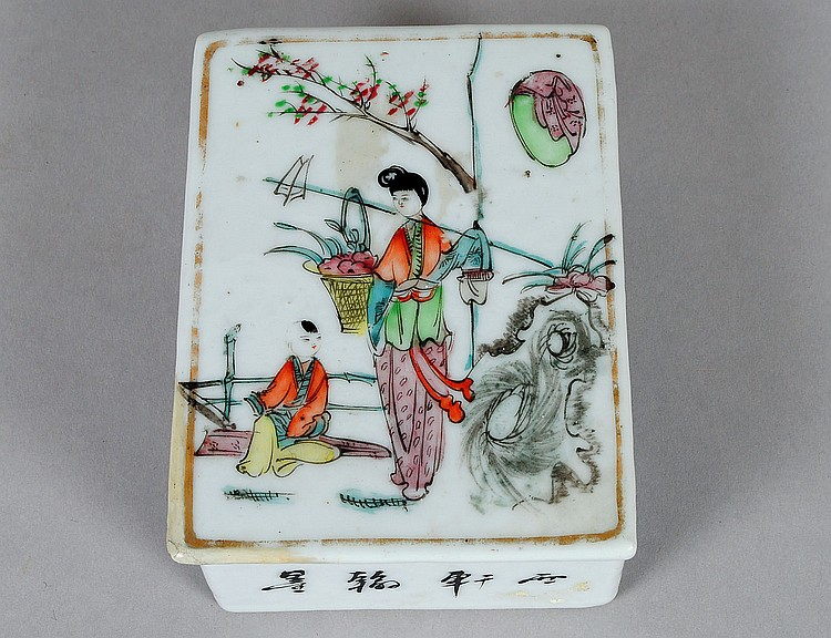 EXPORT FAMILLE ROSE PORCELAIN BOX AND COVER