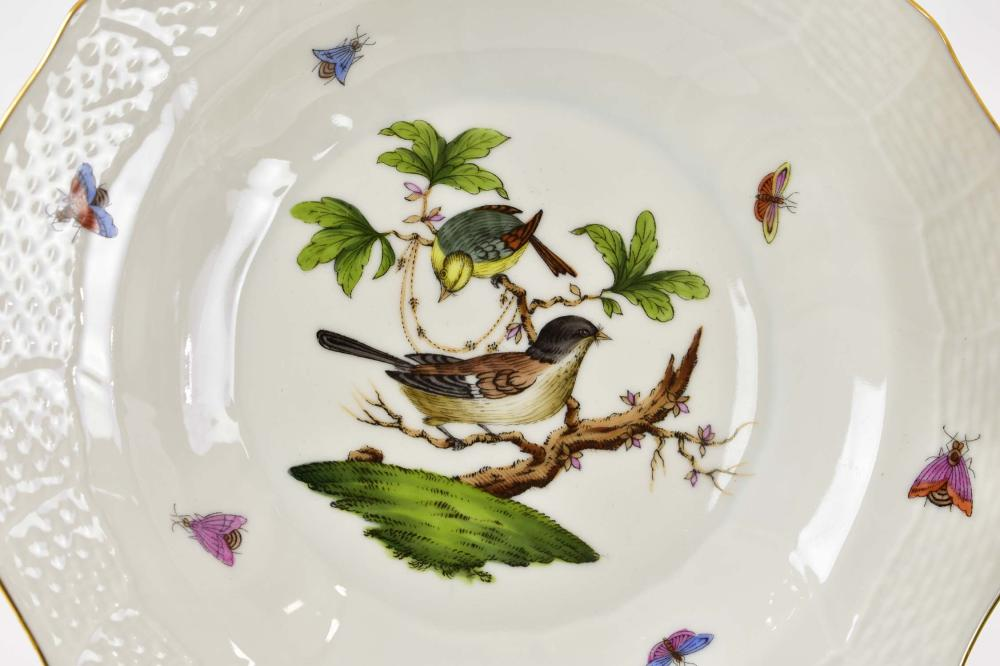 Lot 135: HEREND ROTHCHILD BIRD PORCELAIN DINNER SERVICE