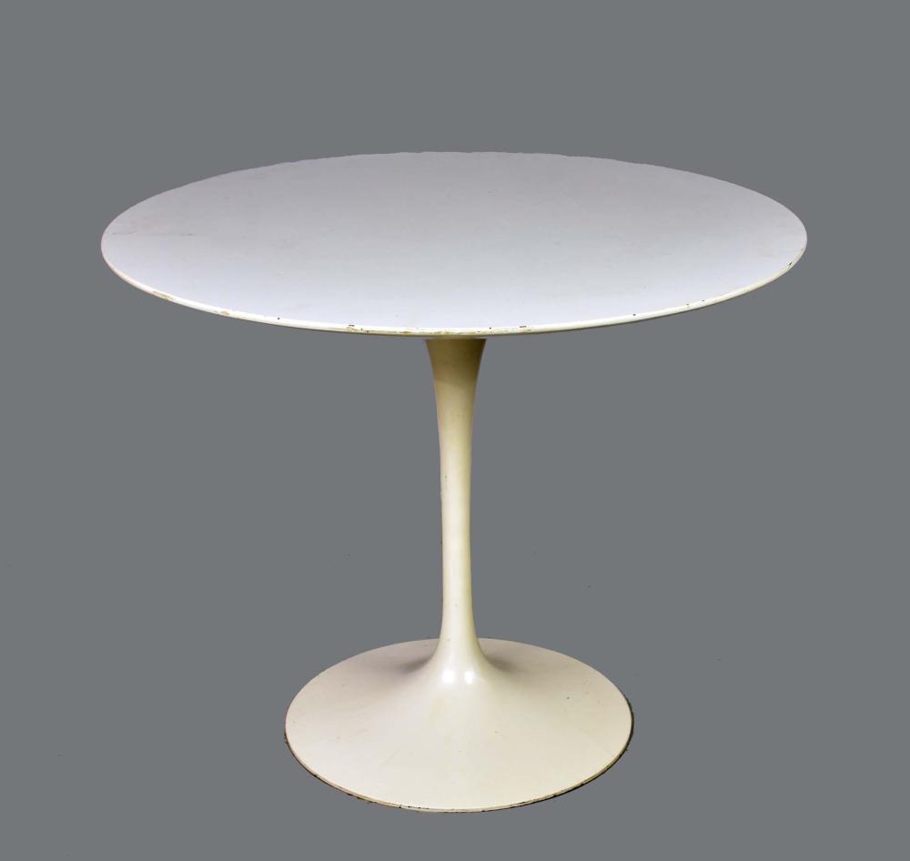 Lot 208: SAARINEN WHITE FORMICA CIRCULAR PEDESTAL TABLE