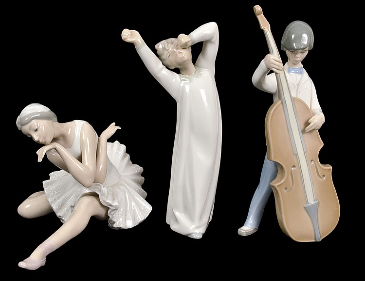 THREE LLADRO PORCELAIN FIGURAL GROUPS