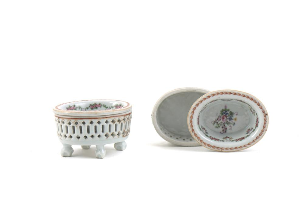 Par de saleiros de formato elíptico em porcelana