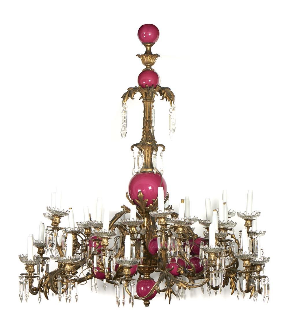 Grande lustre de 36 lumes em bronze dourado