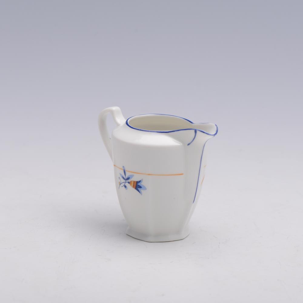 Pequena leiteira em porcelana VA