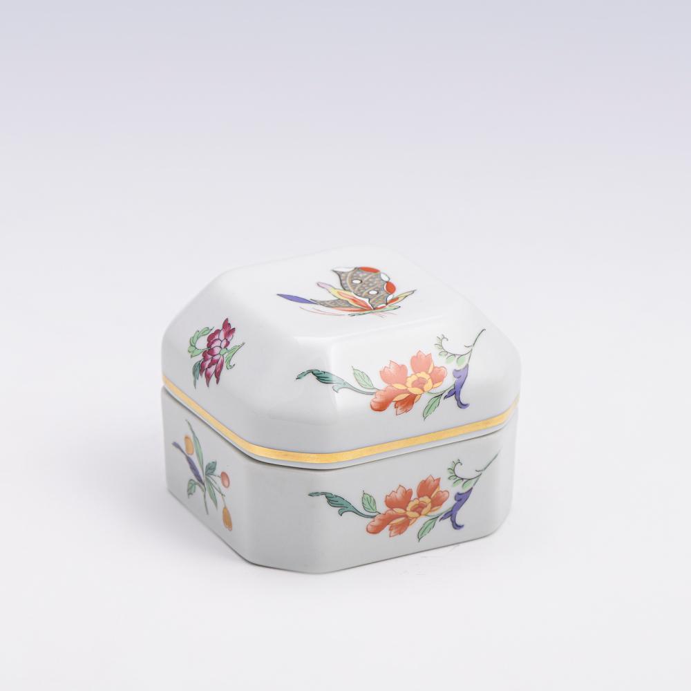Caixa com tampa oitavada em porcelana V.A.