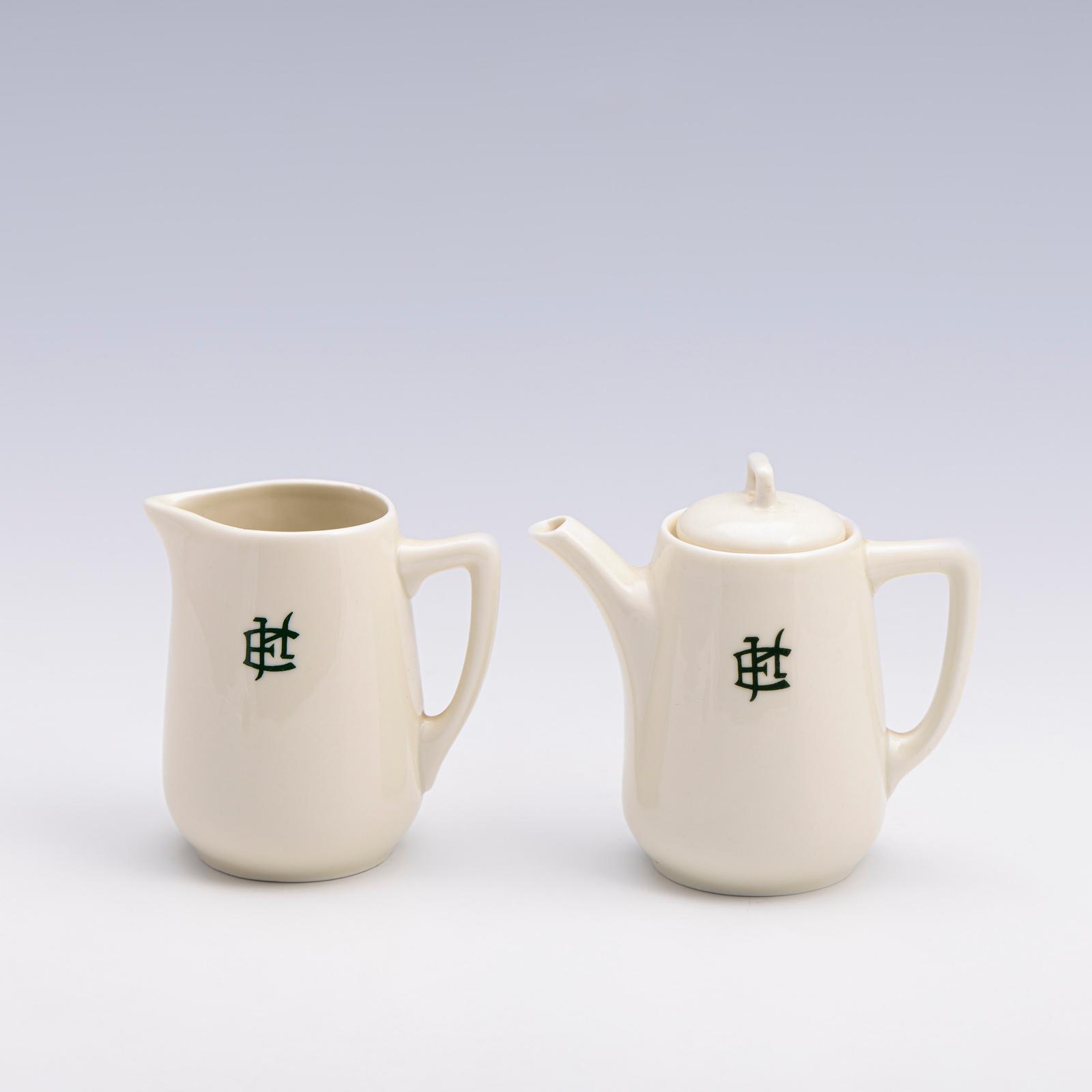 Conj. de leiteira e cafeiteira em porcelana VA (2)