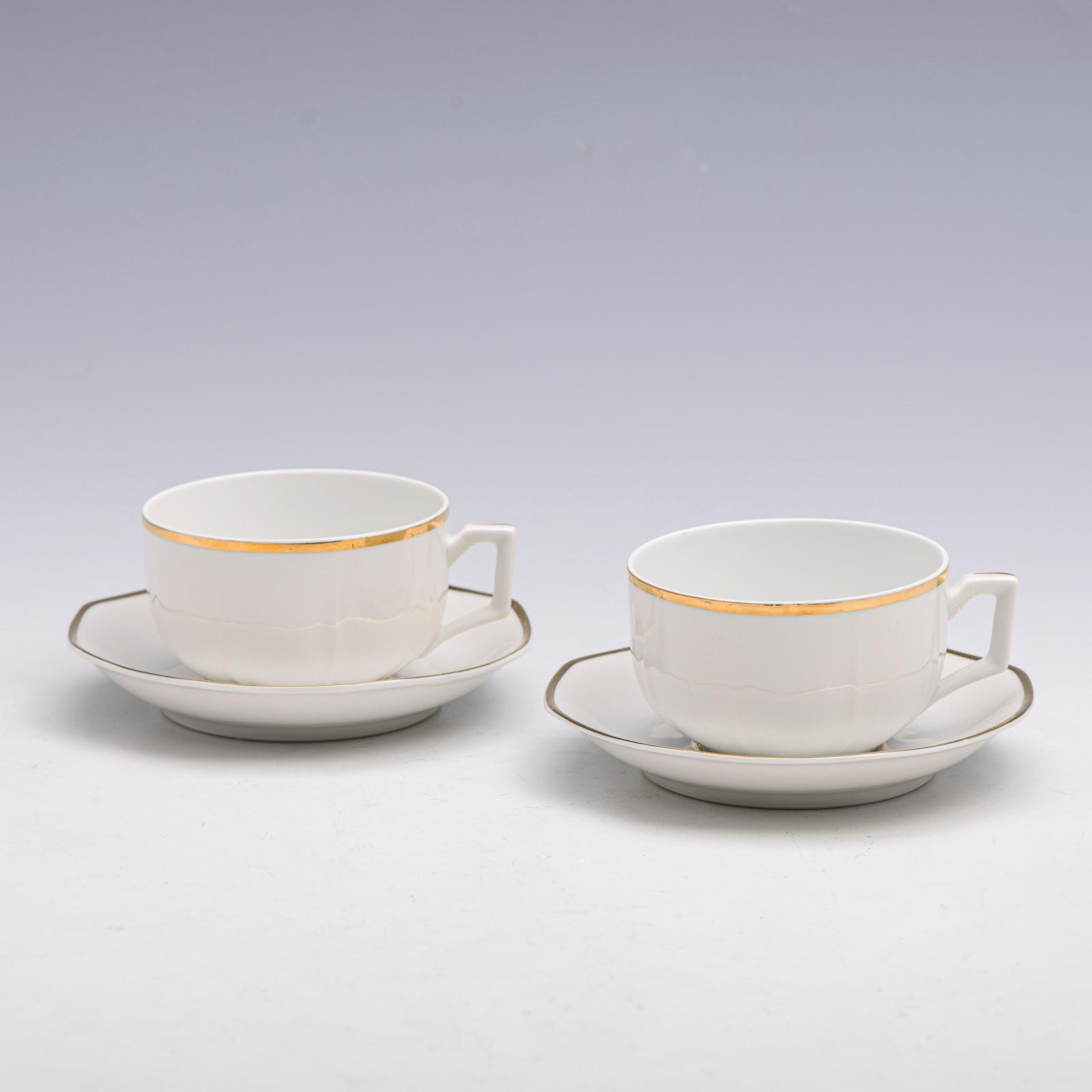 9 chávenas de chá e 11 pires em porcelana V.A.