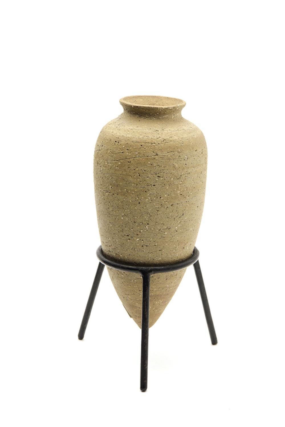 Ceramic amphora with metal support