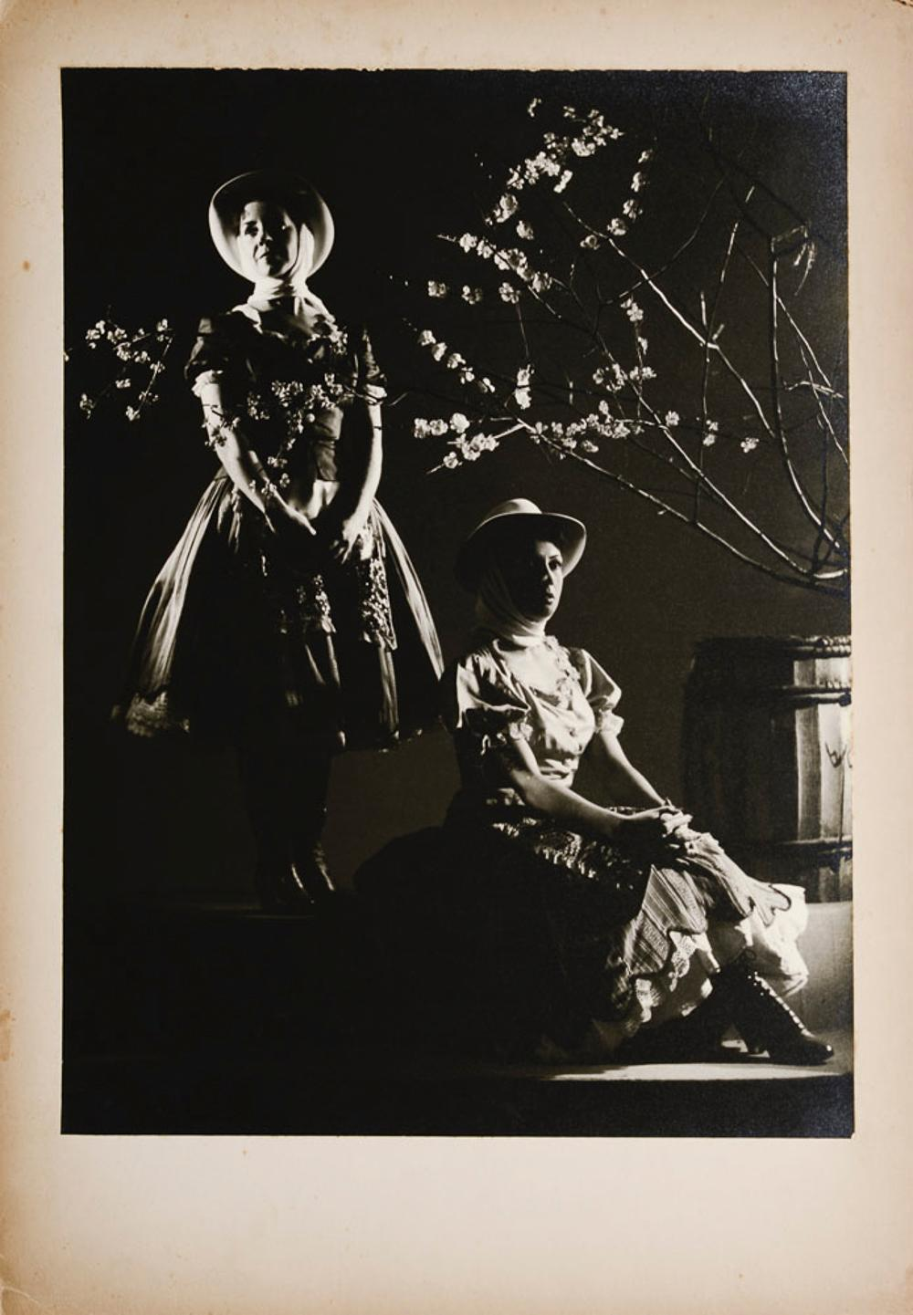 Black and white photograph, 50 x 35 cm.