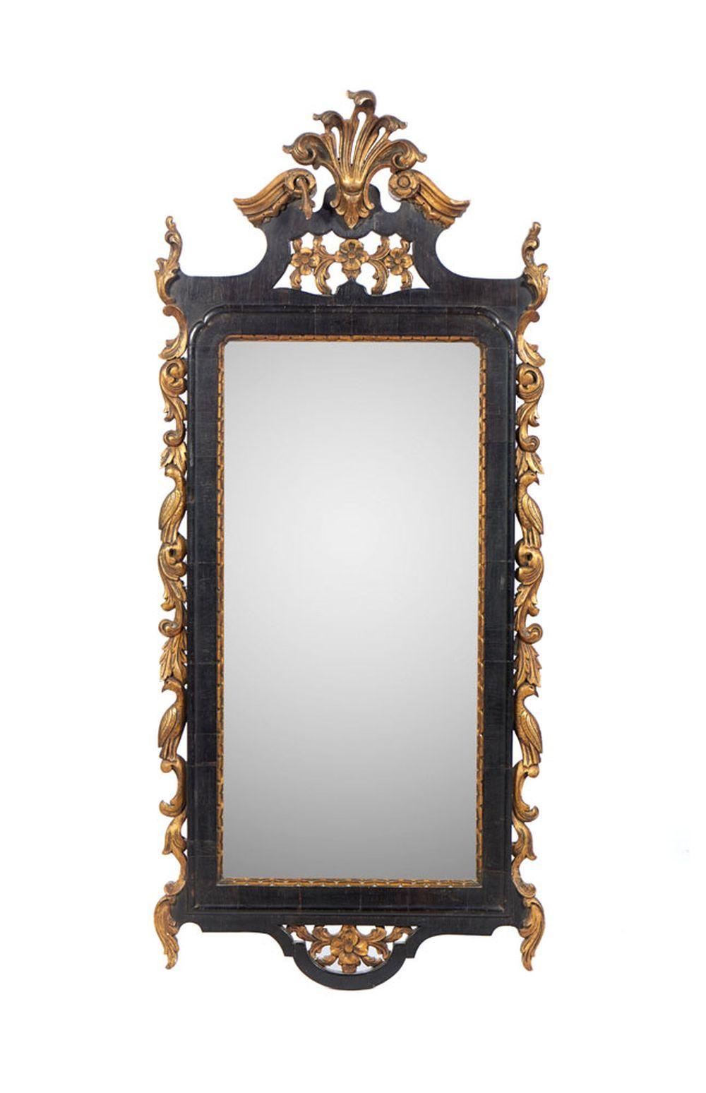 Espelho com moldura em madeira entalhada e dourada