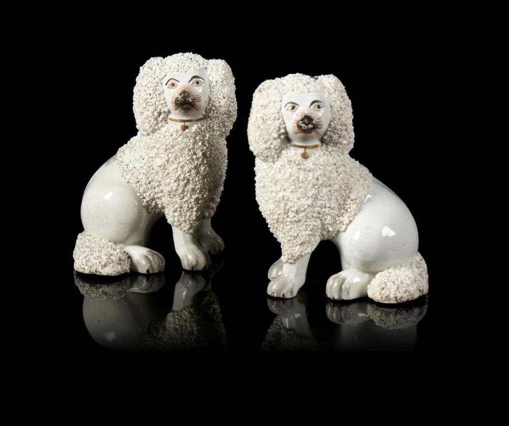 Par de cães em faiança inglesa, Staffordshire