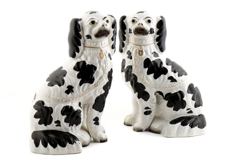 Cães, par de esculturas em faiança Staffordshire