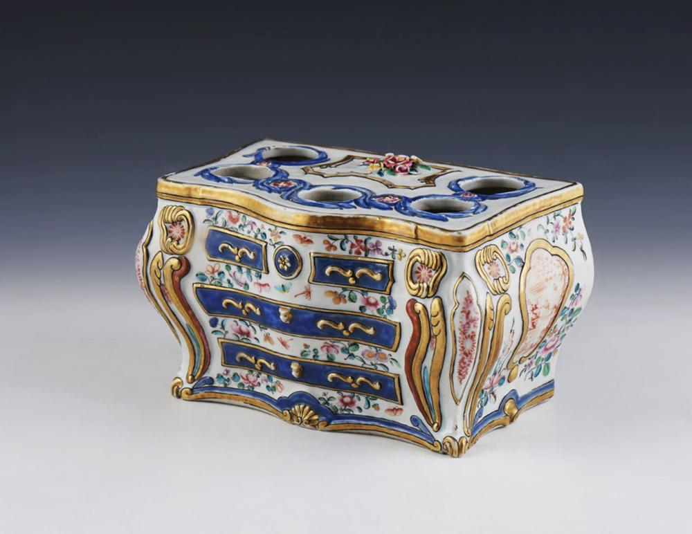 Tulipeira em forma de cómoda em porcelana chinesa
