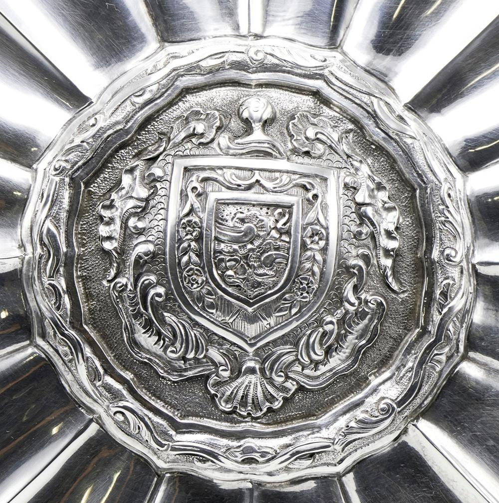 Salva em prata, portuguesa, 833%, P. 768 g.