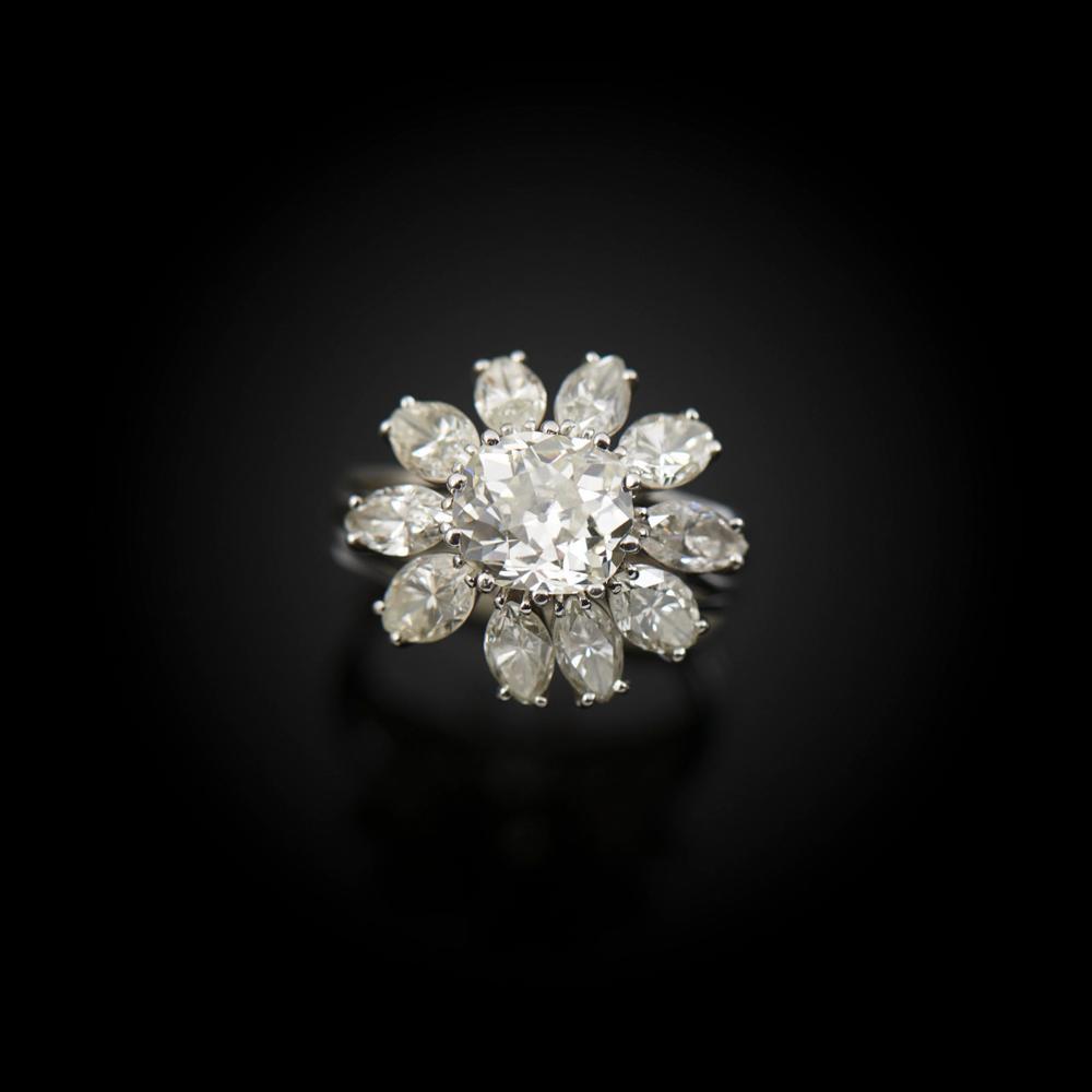 Anel em platina com 10 diamantes, P. 13,6 g.