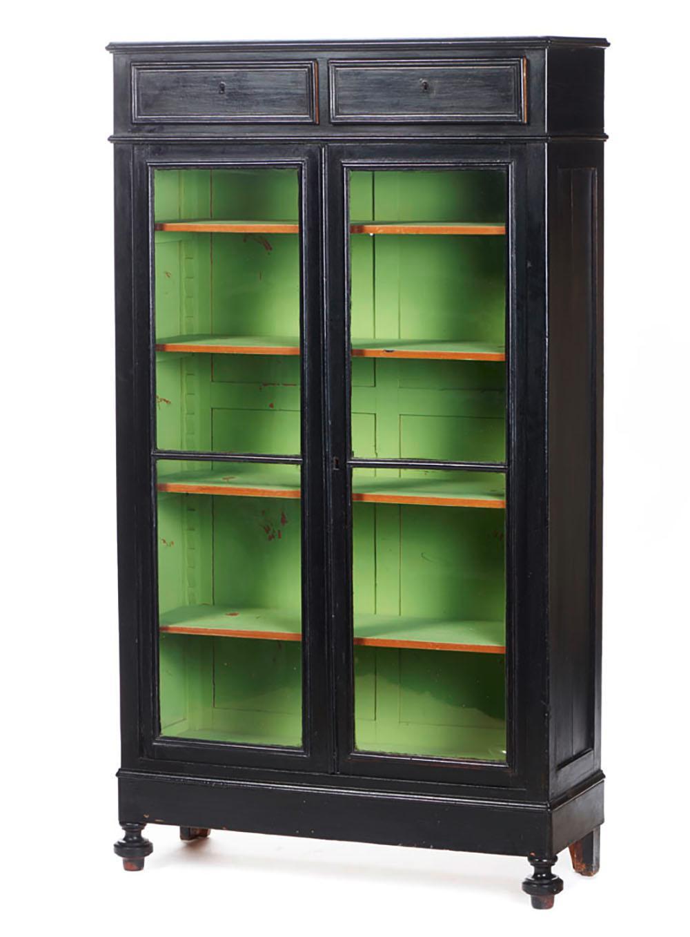 Armário vitrine em madeira patinada