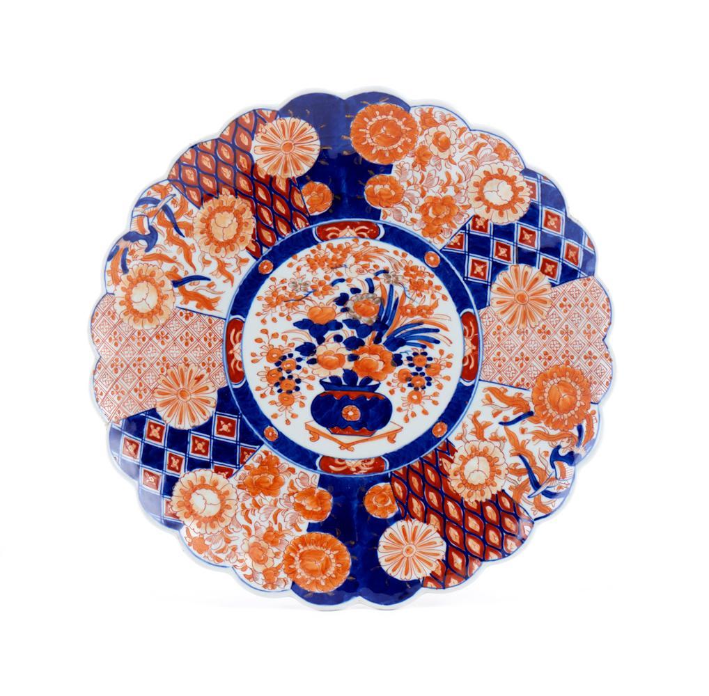 Grande prato de bordo recortado, em porcelana
