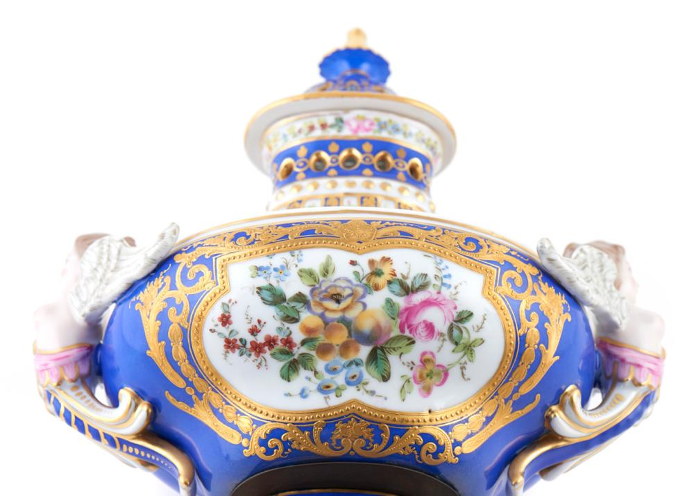 Par de urnas em porcelana francesa (2)