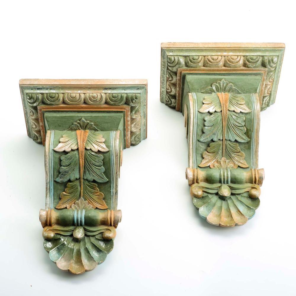 Par de penhas em madeira (?) pintada e entalhada.