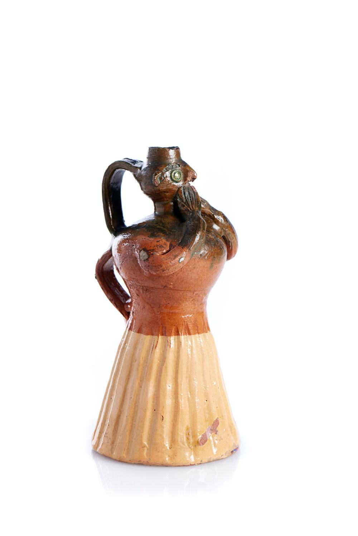 Garrafa em forma de figura feminina em barro