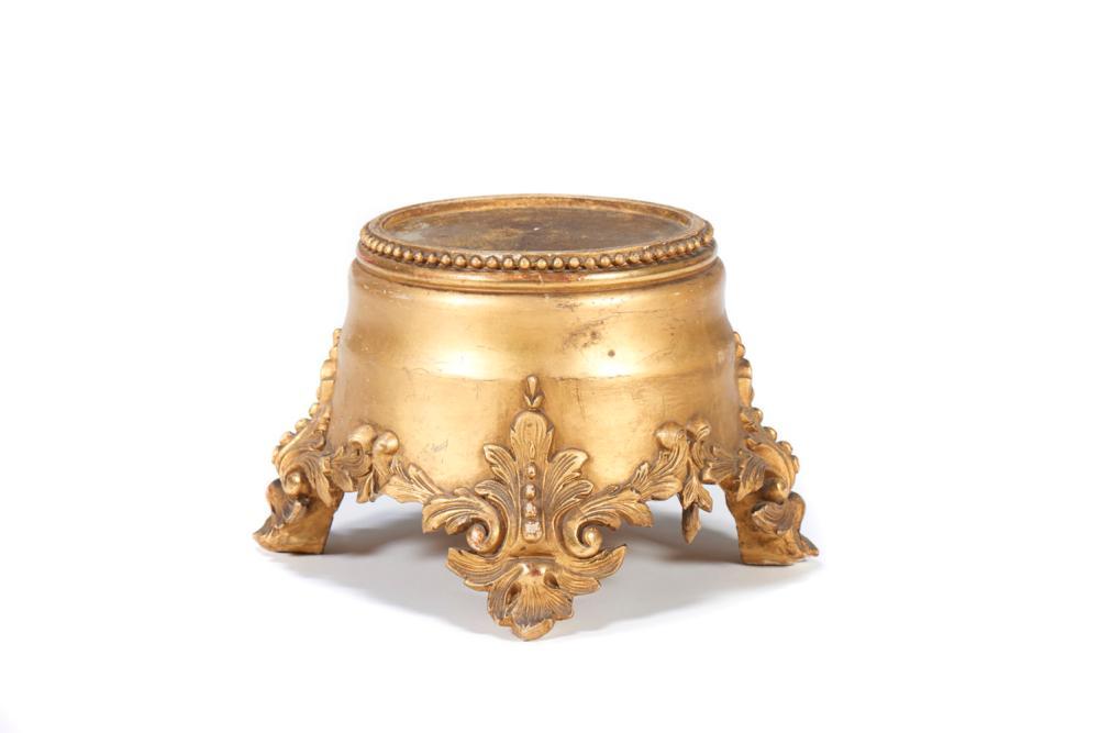 Base em madeira entalhada e dourada