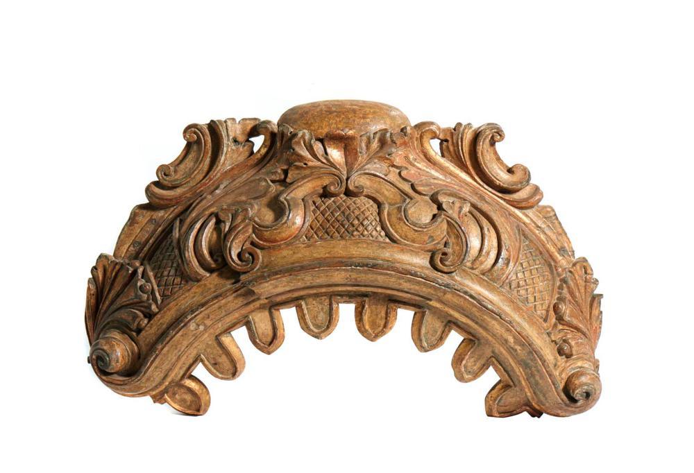 Baldaquino do séc. XVIII em madeira entalhada