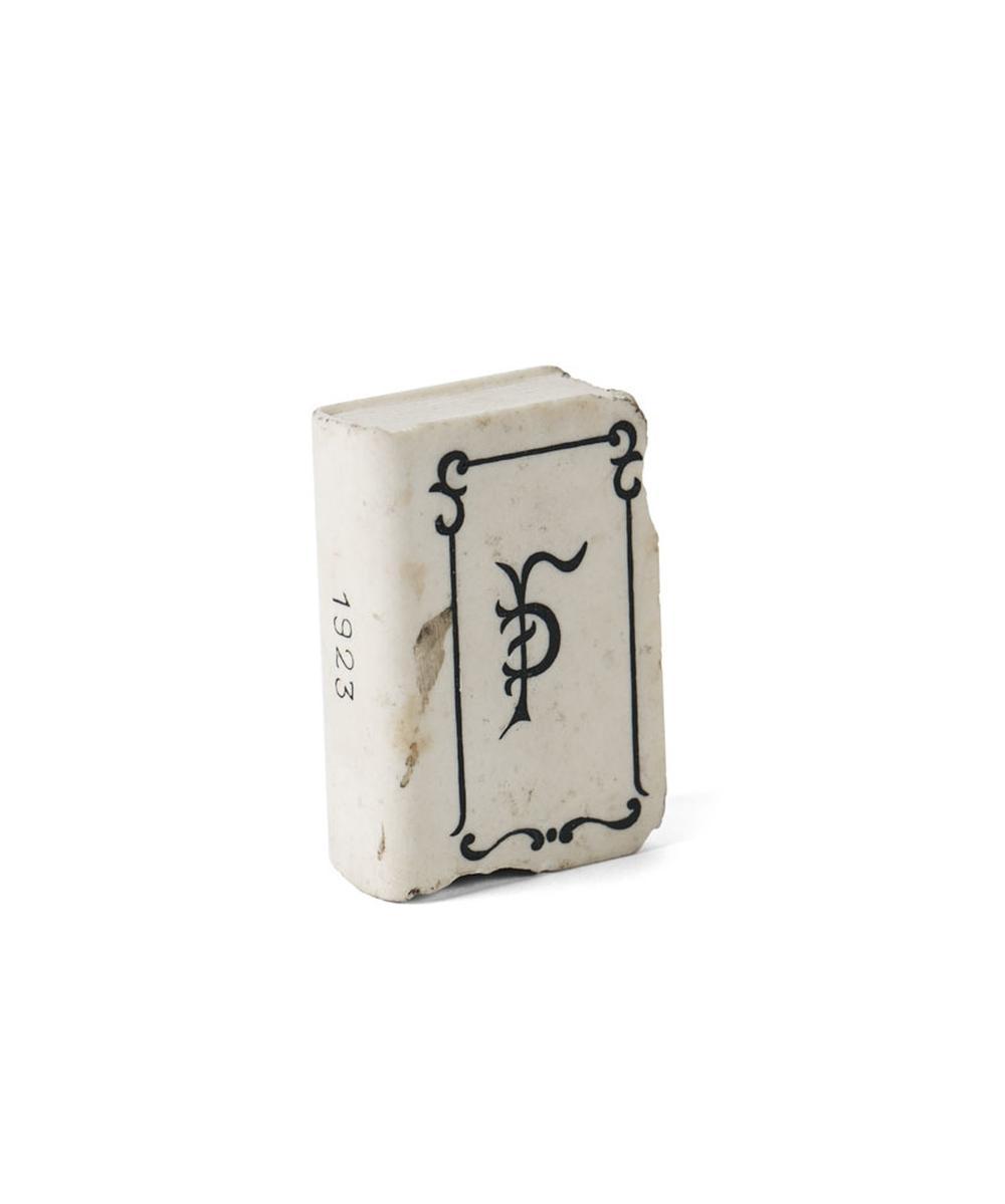 Pisa-papéis em pedra, objecto uso pessoal do poeta