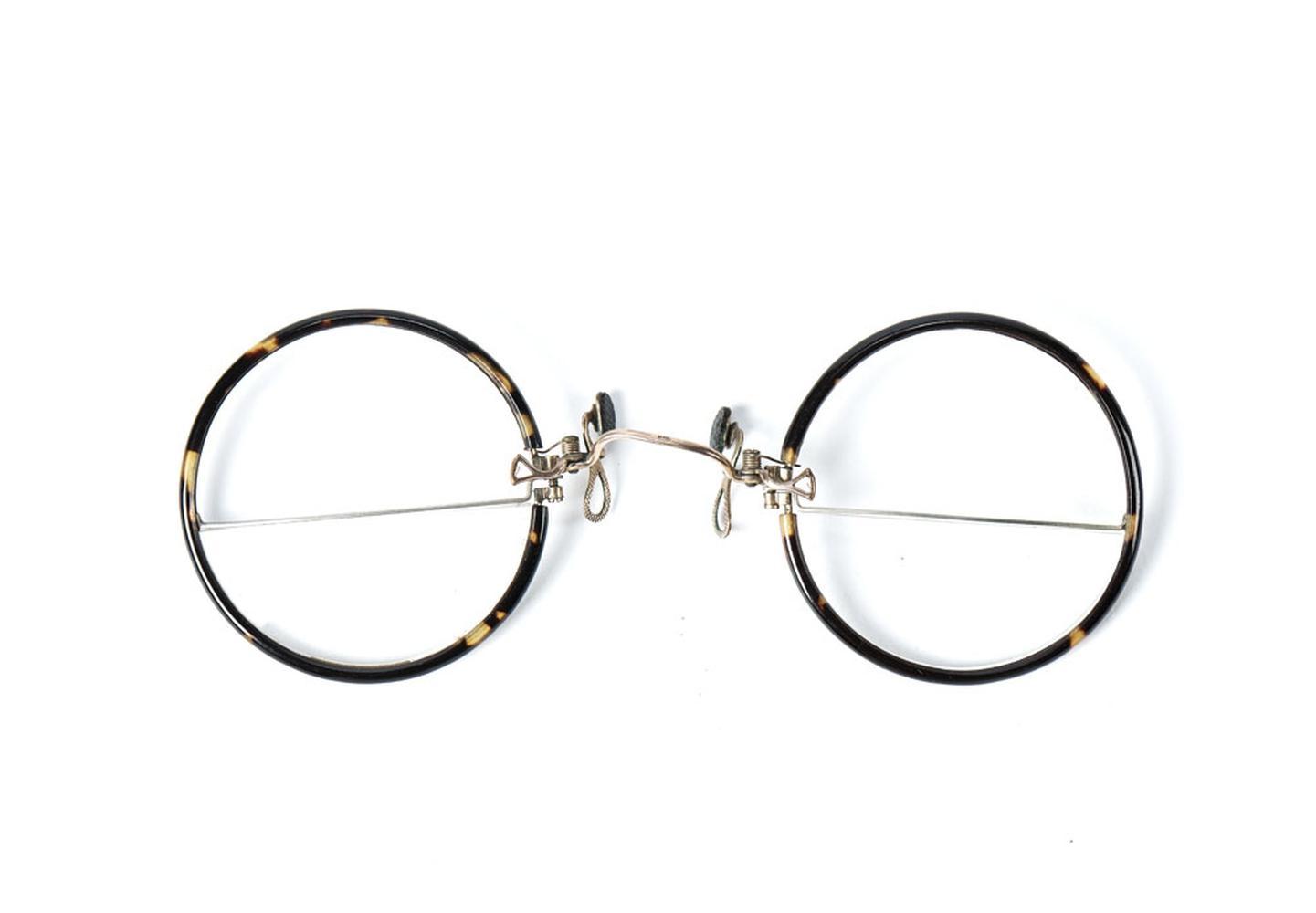 Óculos sem hastes, objecto uso pessoal do poeta