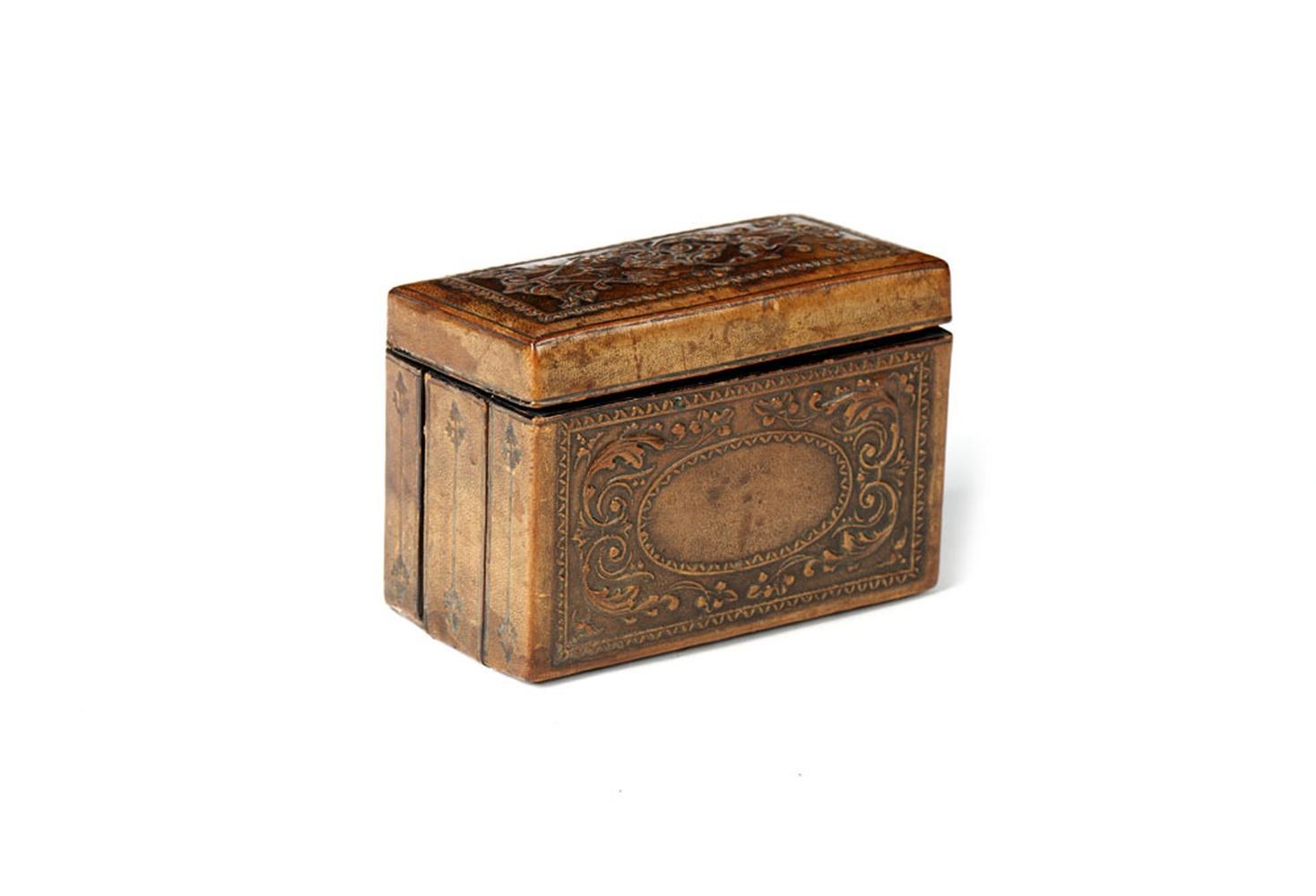 Cigarreira em madeira, forrada a couro lavrado