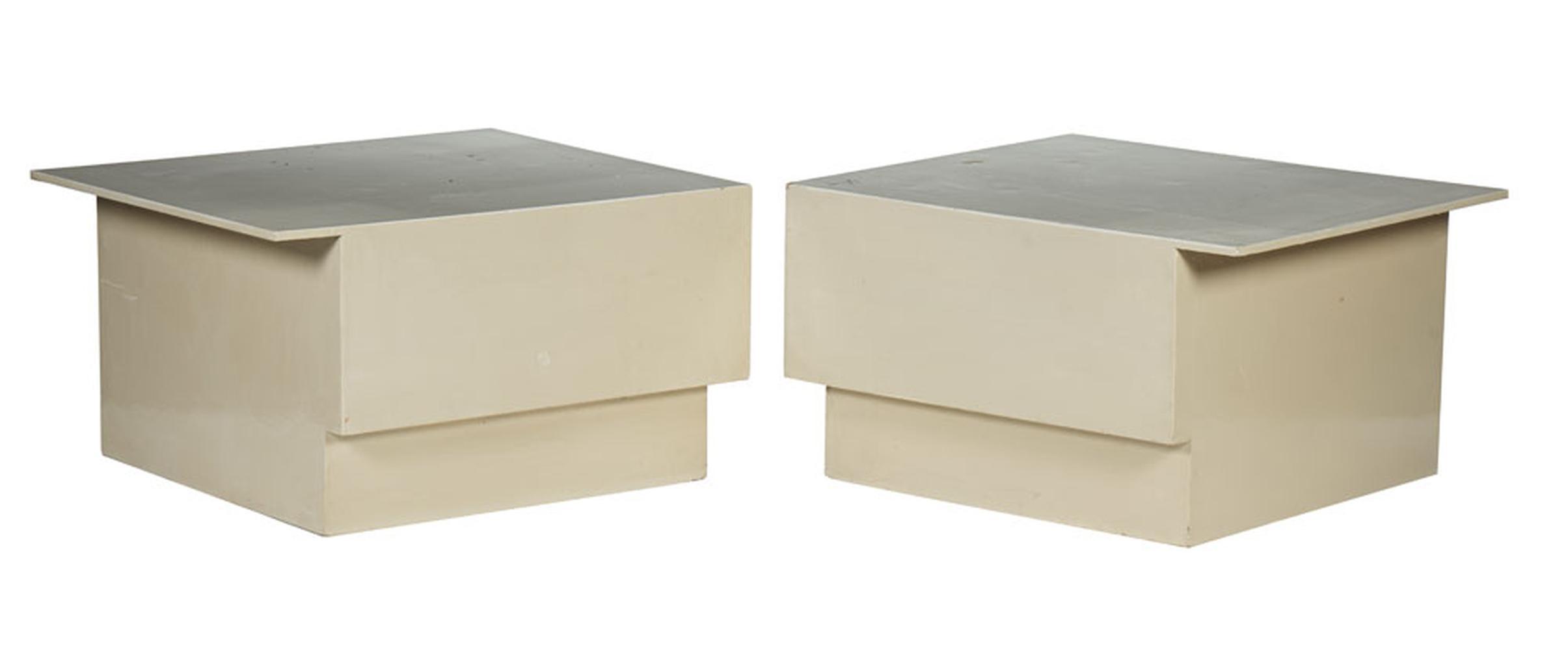 Par de mesas apoio em derivado de madeira pintado