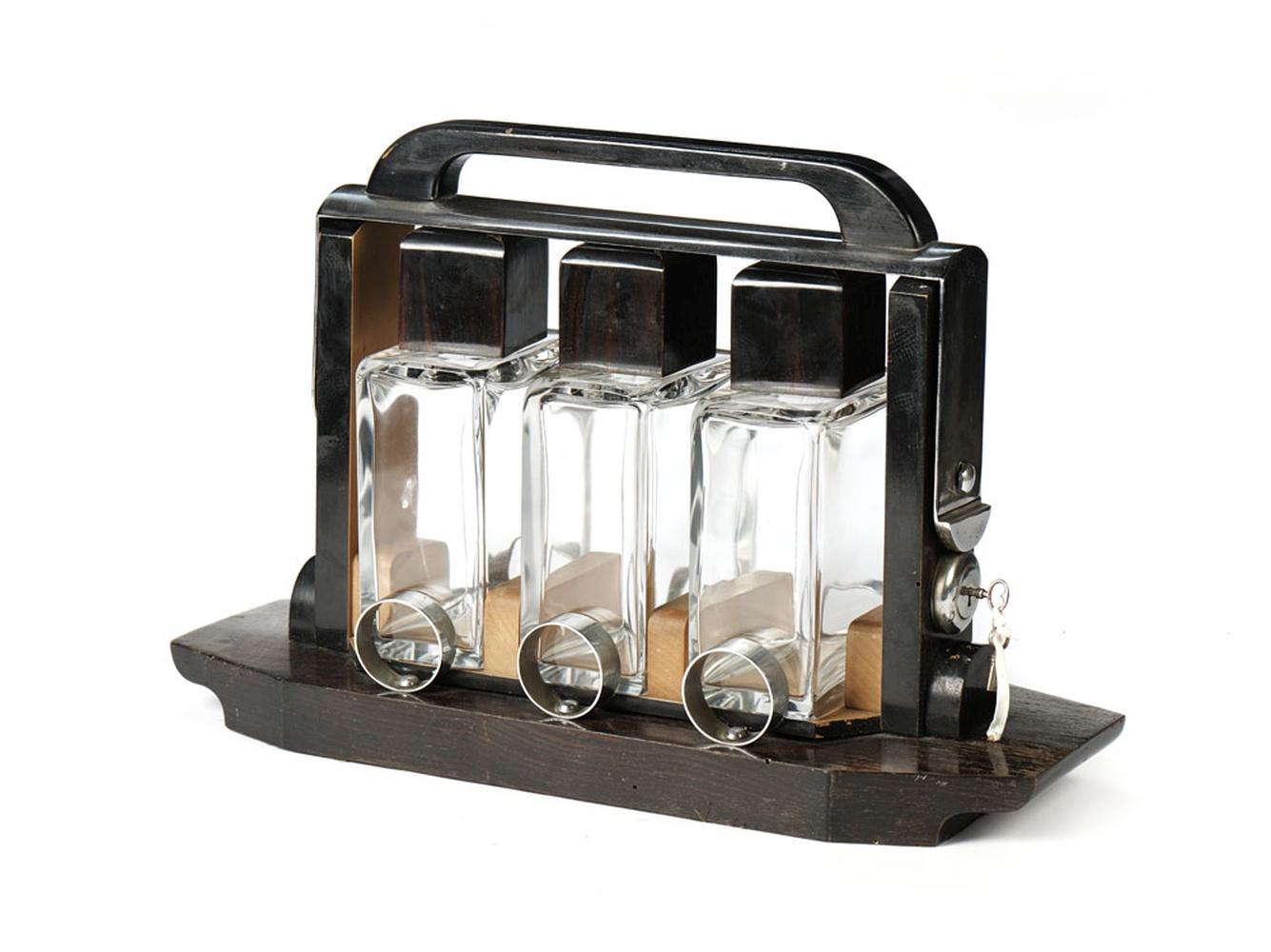 Tântalo em madeira e metal, com três garrafas