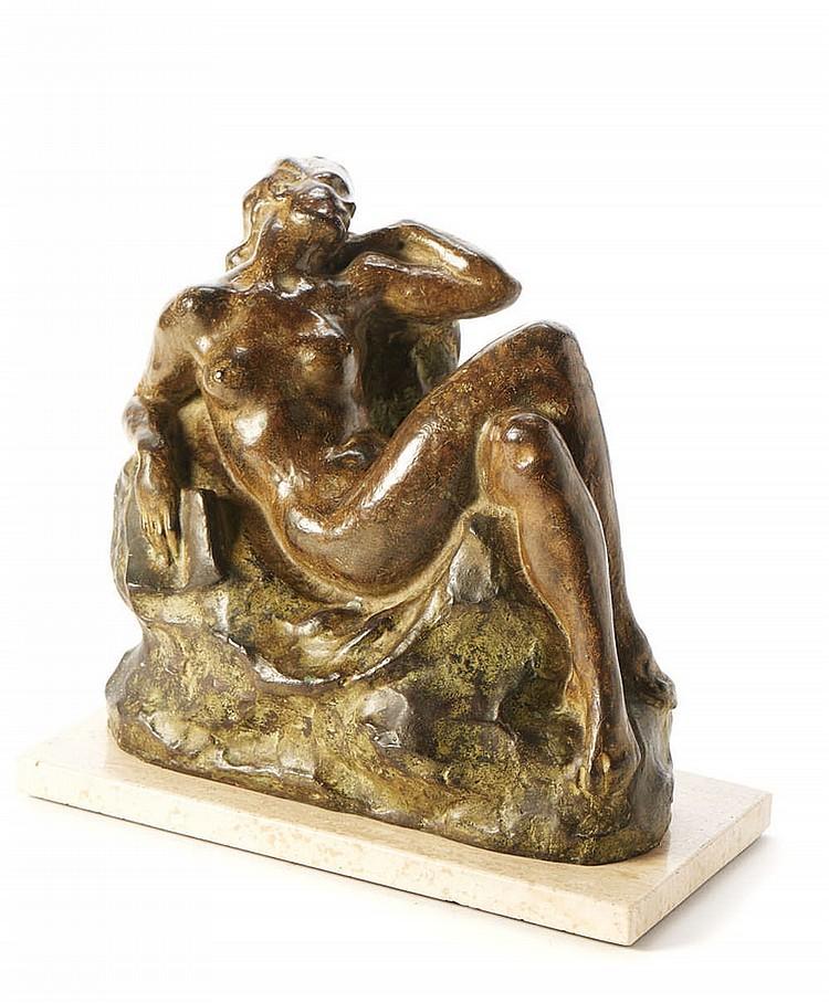 Nu feminino, Escultura em bronze com base em pedra