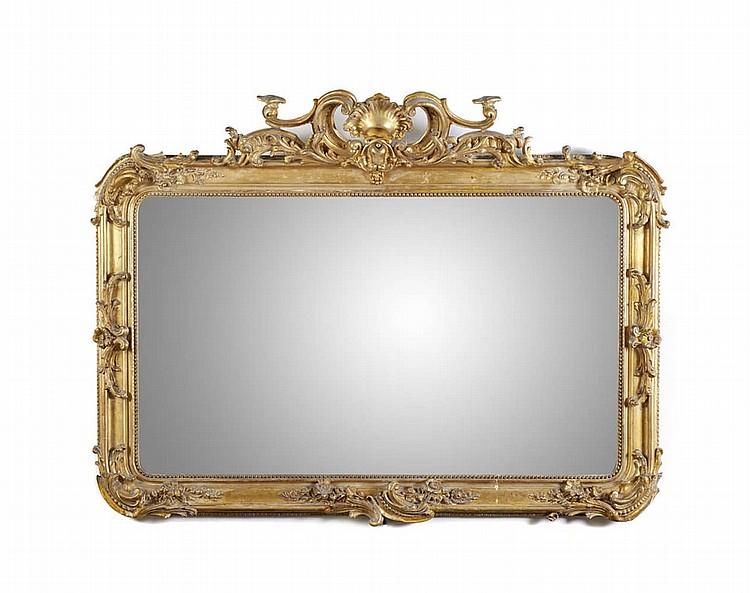 Grande espelho com moldura em madeira dourada