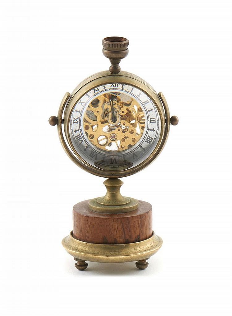 Relógio de mesa em metal amarelo