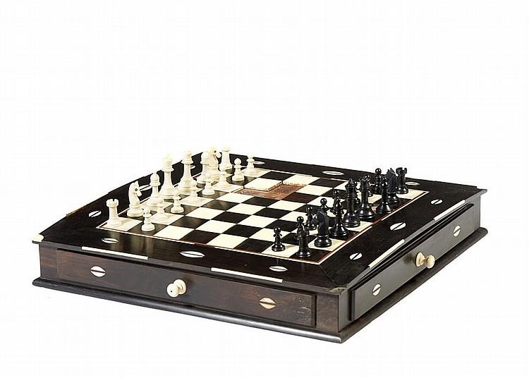 Caixa de jogos em madeira exótica e marfim