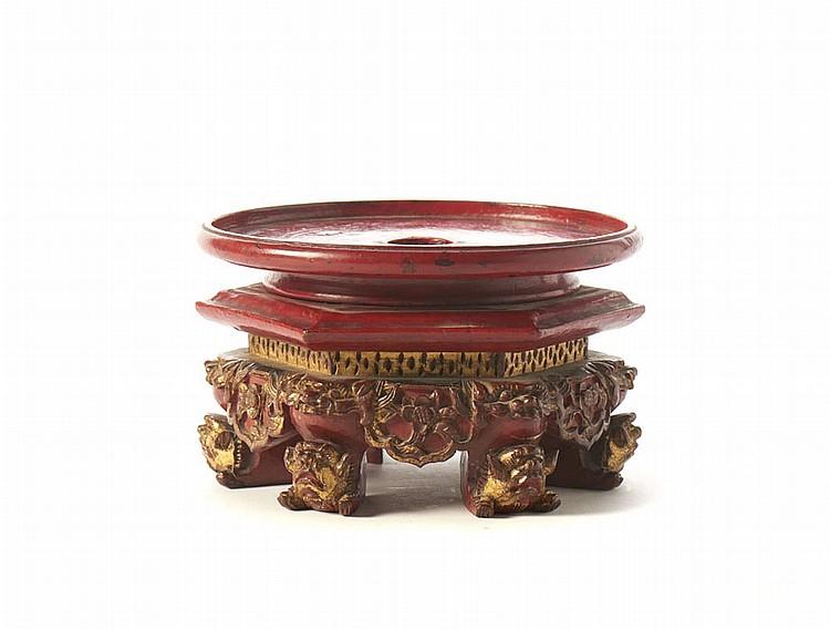 Peanha oriental em madeira lacada e dourada