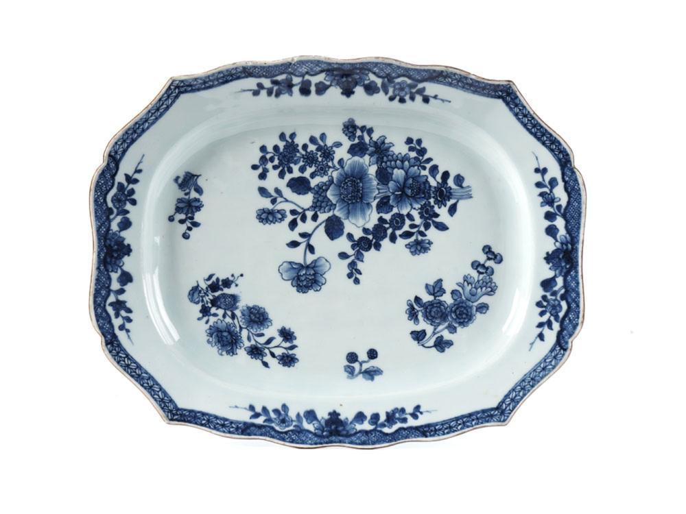 Travessa de bordo recortado em porcelana chinesa