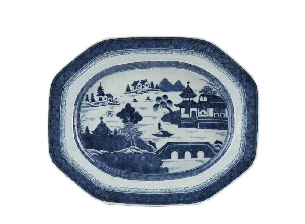 Travessa oitavada em porcelana chinesa, Cantão