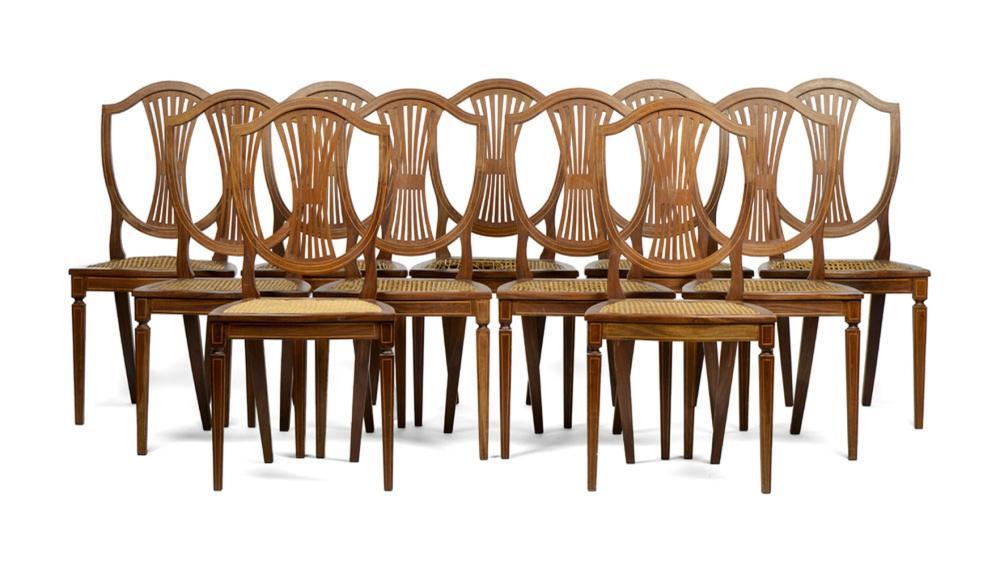 Conjunto de 11 cadeiras em madeira