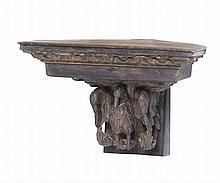Peanha de canto em madeira entalhada e patinada