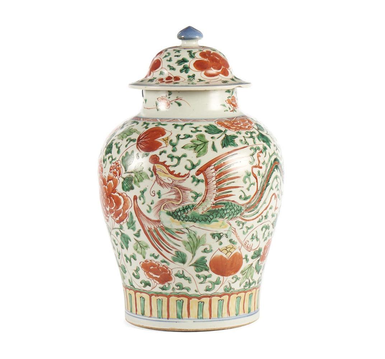 Pote com tampa em porcelana chinesa.