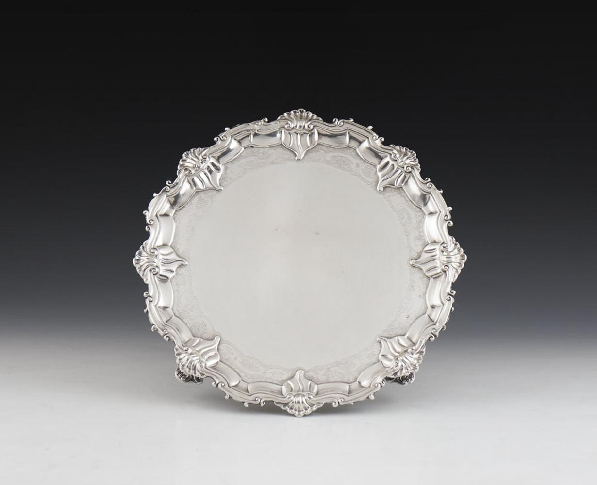 Salva em prata portuguesa, séc. XVIII, P.: 946 g.