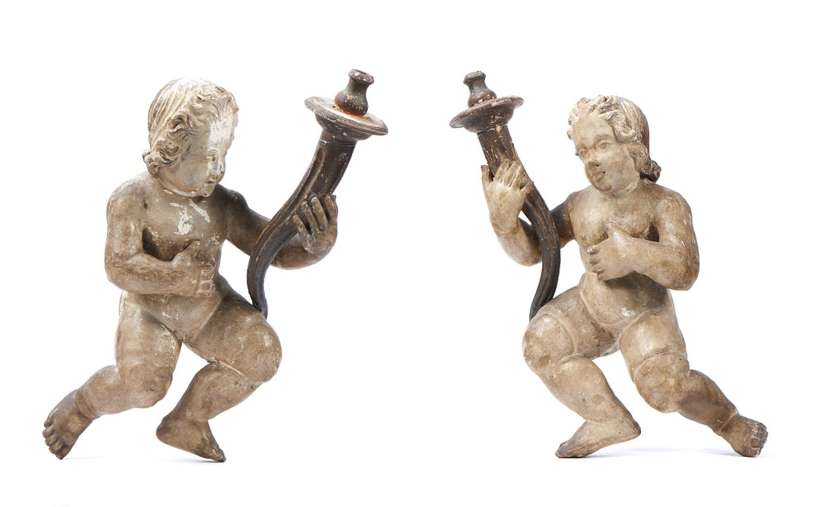 Par de figuras candelárias em madeira entalhada
