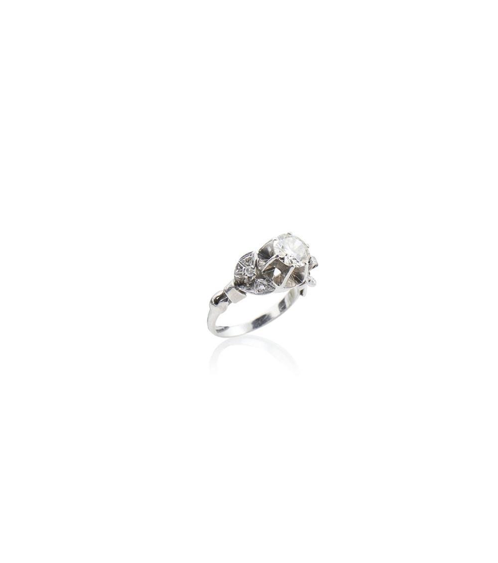 Anel em platina cravejado e diamantes, P.5,7 g.