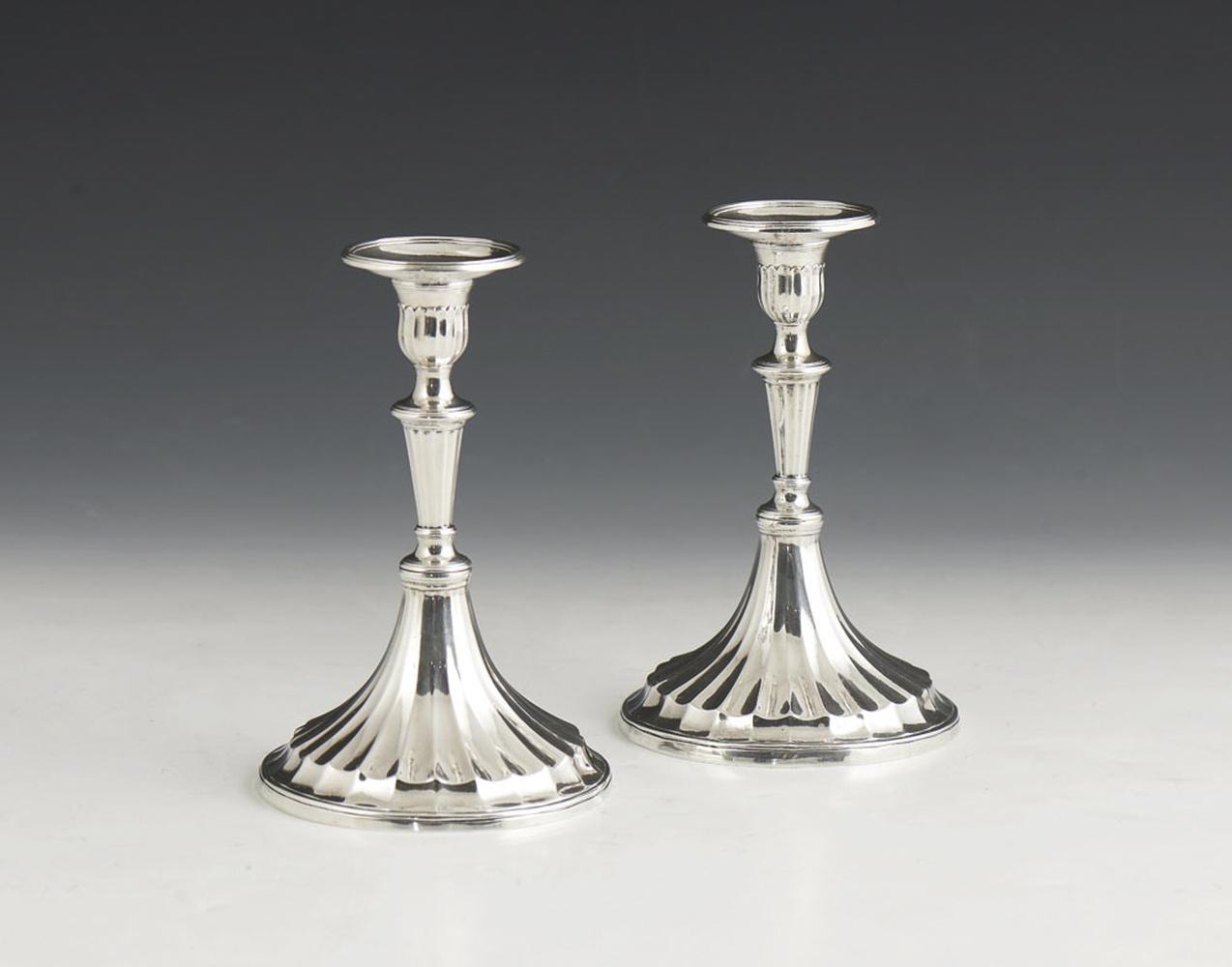 Par de castiçais em prata, séc. XIX, P. 418 g.