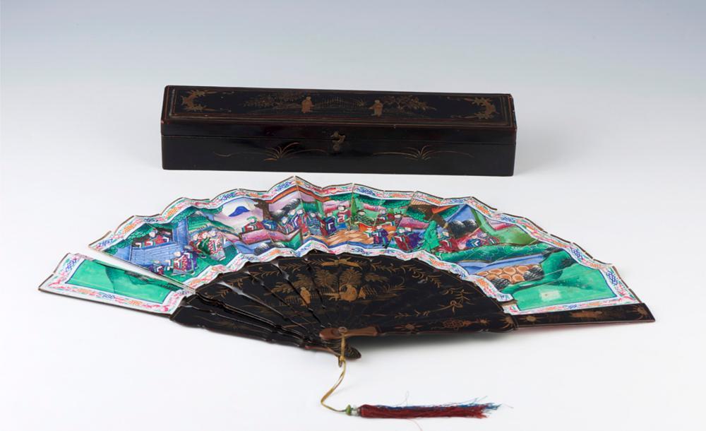 Leque oriental em madeira lacada a negro e papel