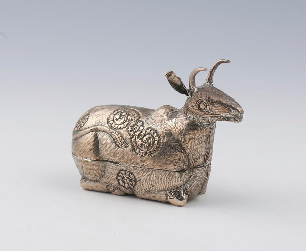 Caixa em metal prateado em forma de vaca